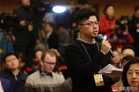 3月7日15时,南方都市报记者吴斌在会上向国务院扶贫办主任提问。