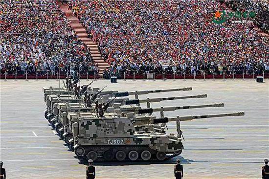 05A式155毫米履带自行加榴炮是陆军部队的重要压制火力。王卫东 摄