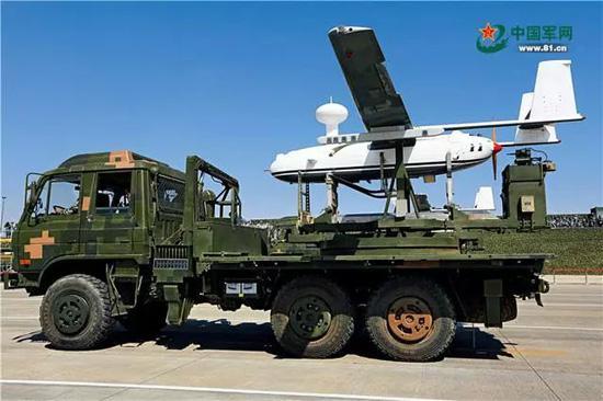 无人机方队受阅机群由通信干扰无人机、雷达干扰无人机和反辐射无人机组成,能够对敌方指挥通信体系进行有效压制。刘应华 摄