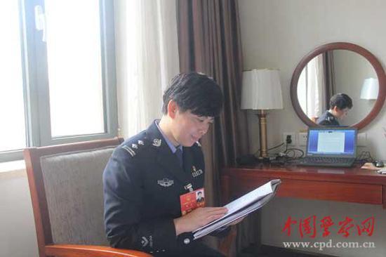3月3日,杨蓉在住地完美相干倡议。 中国警员网 图