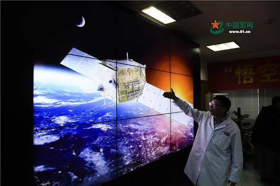 2017年11月2日,在中科院紫金山天文台,暗物质粒子探测卫星首席科学家常进在介绍卫星。