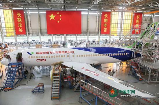 2017年10月18日,C919大型客机102架机停放在中国商飞公司上海飞机制造有限公司总装车间内。