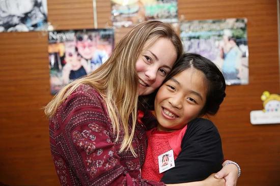 ▲澳大利亚医生Julie与收养的孤儿小娟。 图片来源:视觉中国