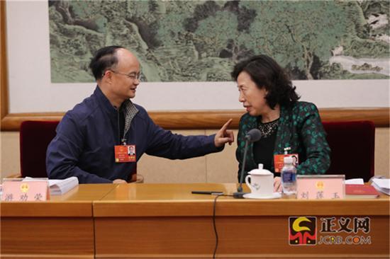 全国人大代表游劝荣(左)全国人大代表刘莲玉热议全国人大常委会工作报告。记者张哲 摄