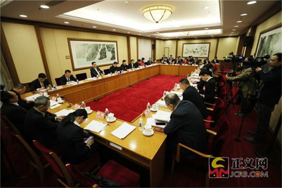 3月12日下午,湖南代表团举行小组会议,审议全国人大常委会工作报告。记者张哲 摄