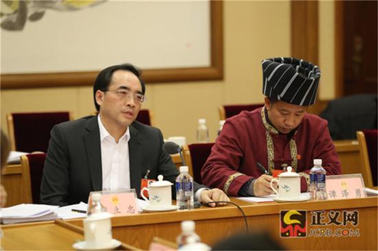 全国人大代表戴立忠(左)在会上发言,全国人大代表谭泽勇记录发言。记者张哲 摄