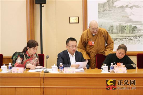 全国人大代表唐纯玉(左一)全国人大代表聂鹏举(左二)全国人大代表屈胜(左四)在全国人大代表圣辉提出的联名附议代表签名附页中签名附议。记者张哲 摄