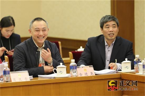 全国人大代表金进尧(左)全国人大代表吴继发听取代表发言。记者张哲 摄