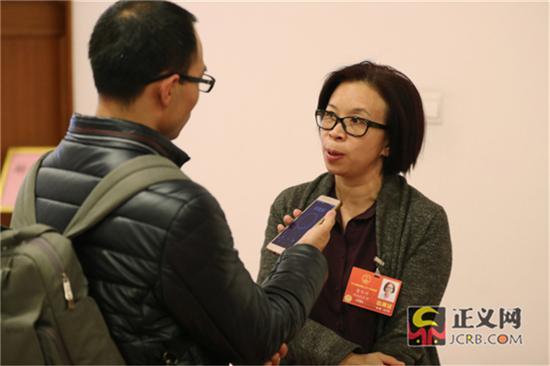会后全国人大代表雷冬竹接受媒体采访。记者张哲 摄