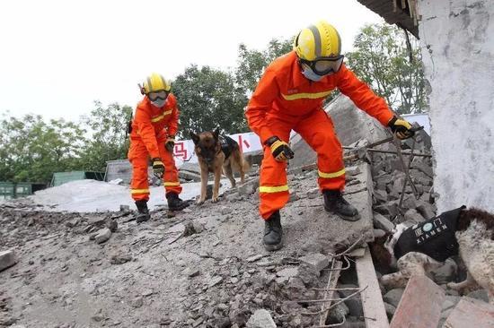 ▲地震灾害应急救援演练。 图片来源:新华社
