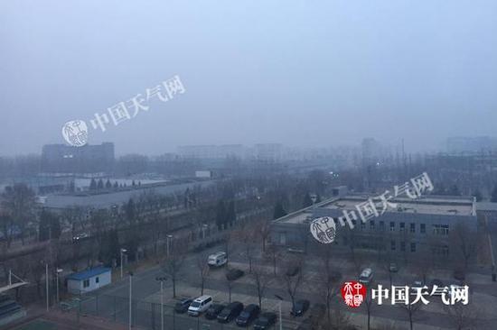 今天早晨,北京顺义区后沙峪附近能见度较差。(图/关禺)