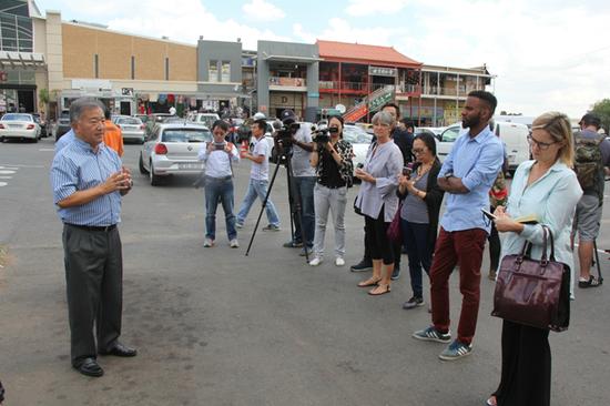 3月12日,30余家中非媒体走访非洲商贸中心、伊力达毛毯厂等中资公司。图为非洲商贸中心负责人徐长斌向媒体介绍情况,据悉,该商城为当地2300多人提供了就业。 李志伟摄