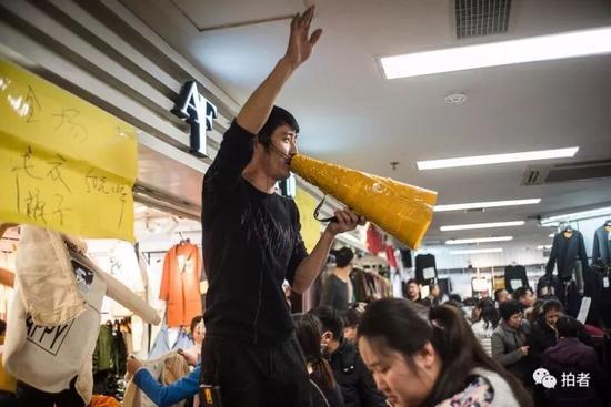 △ 店员用纸筒自制的喇叭吆喝。