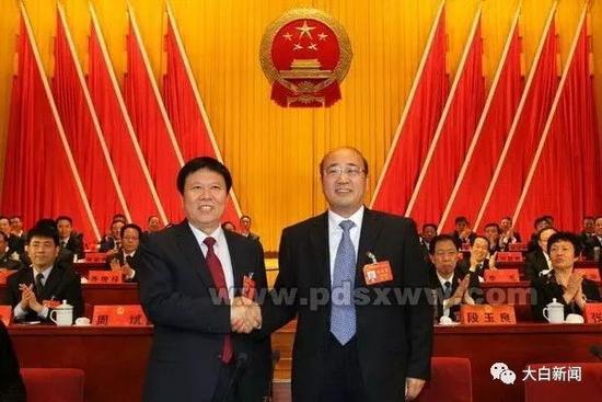 2017年4月,时任平顶山市委书记胡荃(右)与新当选市长周斌(左)亲切握手