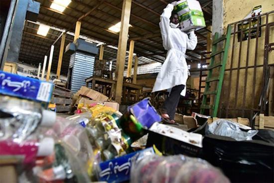 警方在突击搜查科特迪瓦的一个市场时查获的假冒药品。