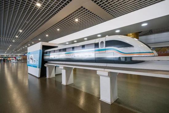 △2016年12月06日,上海浦东机场站进站区摆设的磁浮列车模型/视觉中国