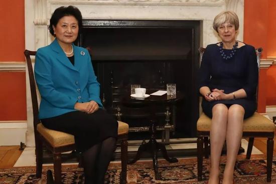 ▲资料图片:2017年12月5日,在英国伦敦,中国国务院副总理刘延东(左)在唐宁街10号与英国首相特雷莎·梅举行会谈。
