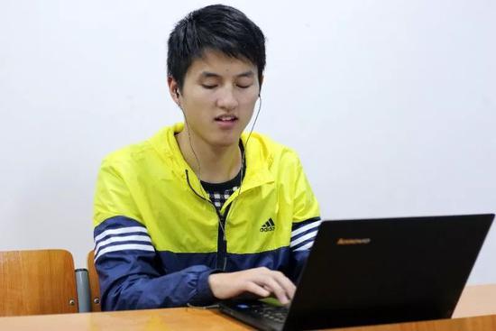 郑荣权正在上课。受访者供图