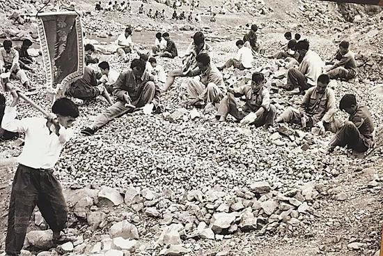 攀枝花建设之初,来自祖国各地的建设者们在平整土地。