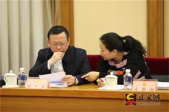 全国人大代表刘飞香(左)全国人大代表成新湘热议全国人大常委会工作报告。记者张哲 摄