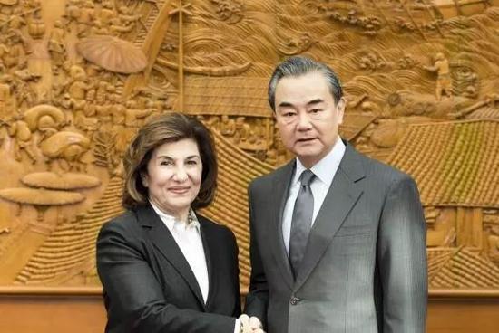 ▲11月24日,中国外长王毅(右)在北京会见来访的叙利亚总统政治与新闻顾问布塔伊娜<span class=