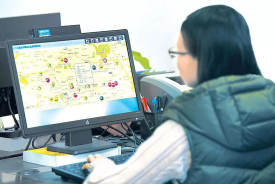 重庆市江北区纪委工作人员利用公务用车监管系统进行线索分析。(资料图片)