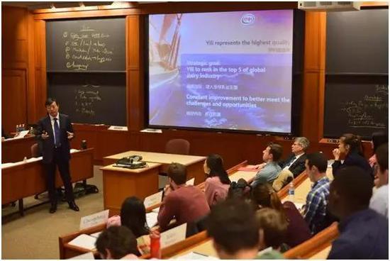 2017年2月,潘刚第二次来到哈佛课堂,为MBA学员授课