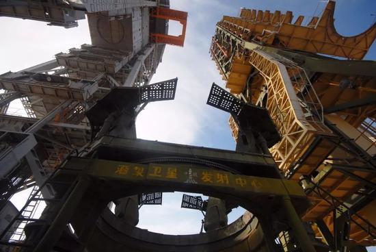 酒泉航天基地,也就是现在的酒泉卫星发射中心,实现了中国人邀游太空的梦想。