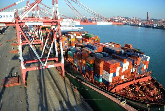 ▲青岛港外贸集装箱码头。 图/新华社