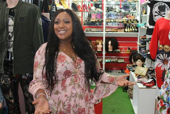 3月12日,30余家中非媒体走访非洲商贸中心、伊力达毛毯厂等中资公司。图为非洲商贸中心一名当地商家介绍她的店铺经营情况。 李志伟摄