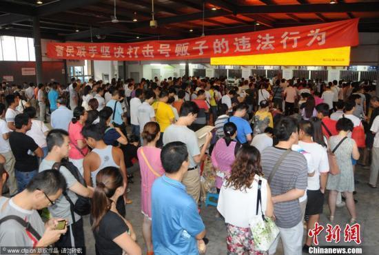 资料图:医院挂号大厅昔日排队挂号情形 。王振 摄 图片来源:CFP视觉中国