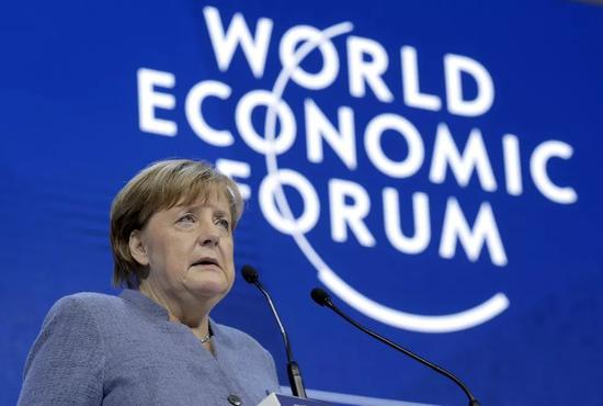 ▲1月24日,德国总理默克尔在瑞士达沃斯表示,德国致力于寻找多边方案解决共同问题,单边行动和?;ぶ饕宀豢扇?。