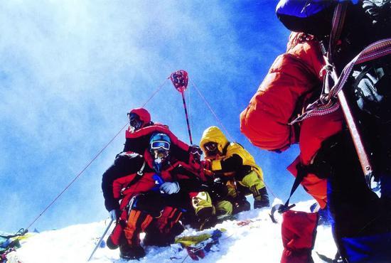 """▲2005年珠峰测量队员在""""地球之巅""""竖起了红色觇标"""