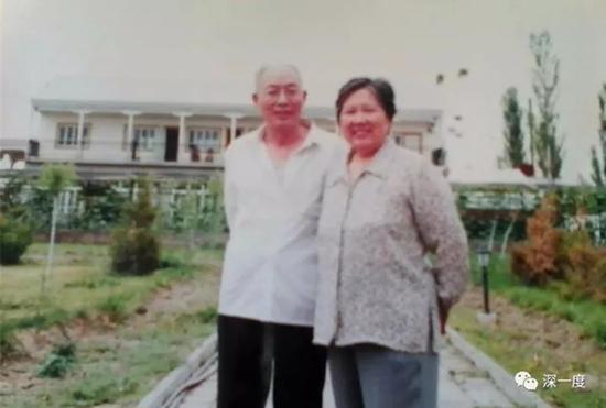 周佩夫妇(翻拍)。李璧贞想把丈夫的遗骸带回湖南老家,她觉得那里才是家乡和归宿。