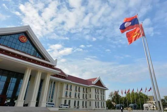 ▲这是2017年11月2日在万象拍摄的老挝人民革命党中央办公楼。(新华社)