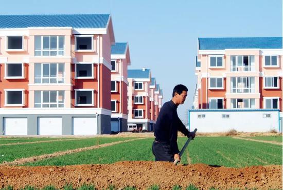 """(资料图片)宅基地""""三权分置""""将对农村经济、商品房价格等多方面产生深远的影响。图/视觉中国"""