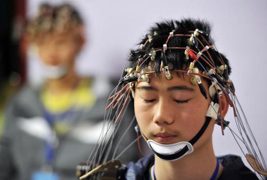 2013年04月12日,湖北省武汉市,2013年度空军招飞武汉站检测现场,考生接受脑电图测试。 视觉中国 资料图