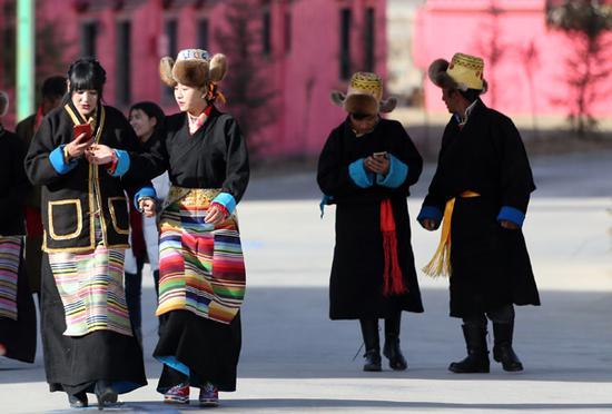 春节和藏历土狗新年初一,吉祥四季村村民纷纷拿起手机编辑信息互贺新年。记者姚海全摄