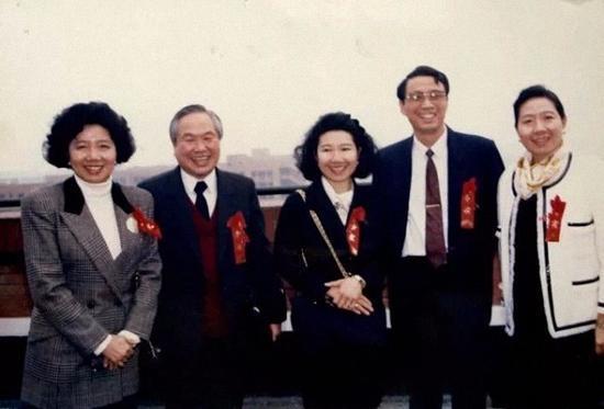 朱自强(左二)会见包陪庆(左一)、包陪丽(中)、陈守义(右二)、包陪慧(右一)