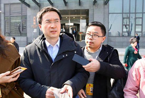 全国政协委员、中国人民银行上海分行行长金鹏辉接受记者采访。