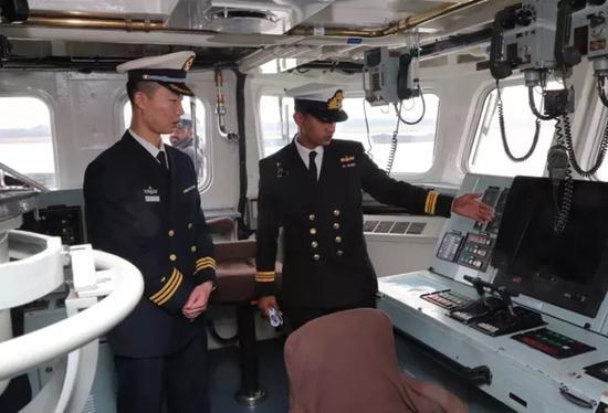 中方官兵代表参观巴舰