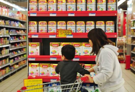 资料图:中国耗损者在超市内选购奶粉。新华社发
