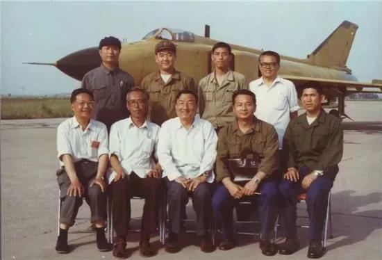 歼8Ⅱ飞机部分研制人员与飞行员合影