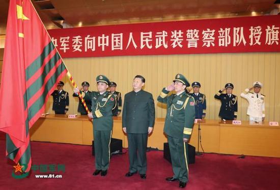 1月10日上午,中央军委向武警部队授旗仪式在北京八一大楼举行。中共中央总书记、国家主席、中央军委主席习近平向武警部队授旗并致训词。这是习近平向武警部队授旗。