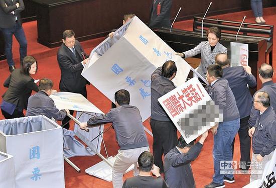 """投票前,国民党""""立委""""抗议并将圈票处推倒。(图片来源:台湾《中时电子报》)"""