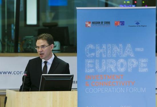 """资料图片:2015年11月9日,中欧投资与互联互通研讨会在比利时首都布鲁塞尔举行,与会者重点围绕""""一带一路""""倡议同欧洲投资计划对接、中国―中东欧国家合作、中欧互联互通、数字经济合作等议题展开讨论。新华社记者周磊摄"""