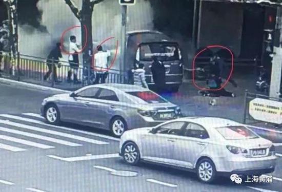 奥门金沙线路检测:上海官方为南京西路交通肇事事件见义勇为者颁证