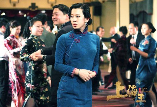 """历经艰辛,小月桂在第二代上海王的帮助下,成为了""""申曲名伶""""筱月桂(余男饰)。"""