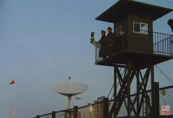 """边防官兵在""""二线""""哨楼上站岗。"""