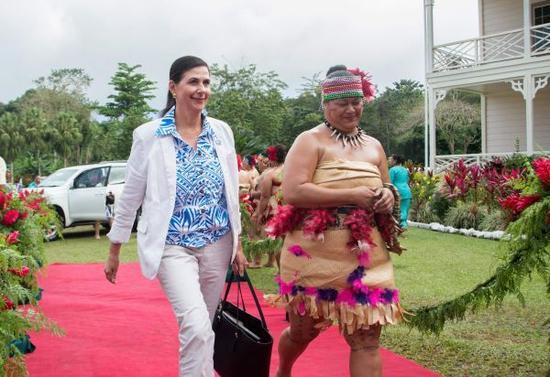 澳大利亚国际发展和太平洋事务部长康斯塔·费拉万蒂-韦尔斯(左)。